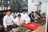 Gubernur dan wagub shalat di masjid karena faktor cuaca