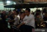 Jokowi menaiki andong bersama Jan Ethes dan Kaesang
