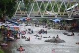 Sejumlah pengunjung menikmati liburan di lokasi wisata Sungai Batee Iliek, Kecamatan, Samalanga, Kabupaten Bireuen, Kamis (6/6/2019). Objek wisata Sungai Batee Ilek yang berlokasi di lintasan jalan nasional Aceh-Sumut itu ramai dikunjungan warga pada Hari Raya Idul Fitri untuk mandi-mandi dan selain menikmati kuliner tradisional. (Antara Aceh/Ampelsa)