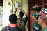 Yonif 126/KC perbaiki PLTS di Waris Kabupaten Keerom