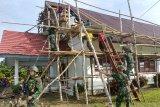 Yonif 725/WRG rehab atap gereja GKI Efart di Kampung Workwana