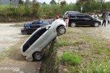 Mobil wisatawan mundur sendiri saat terparkir di Puncak Lawang