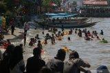 Wisatawan berenang di pinggiran pantai di Taman Hiburan Pantai (THP) Kenjeran Surabaya, Jawa Timur, Jumat (7/6/2019). Tempat wisata pantai itu terpantau ramai dikunjungi wisatawan dari berbagai daerah yang memanfaatkan libur lebaran 2019. Antara Jatim/Didik Suhartono/zk.