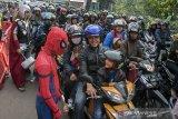 Relawan berkostum superhero Spiderman dan Thor menghibur pengendara yang melintasi jalur Nagrek, Kabupaten Bandung, Jawa Barat, Sabtu (8/6/2019). Kepolisian Jawa Barat mengerahkan relawan berkostum superhero guna menghibur pengendara yang terkena kemacetan akibat kepadatan kendaraan maupun saat buka tutup jalur pada arus balik 2019. ANTARA JABAR/Novrian Arbi/agr