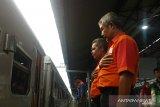 Petugas KAI letakkan tangan di dada ucapkan terima kasih ke penumpang kereta