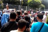 Ratusan penumpang KMP Mutiara Persada II lakukan aksi demo