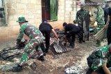 Pascabentrok di Buton, TNI/Polri bersihkan puing bangunan rumah yang terbakar