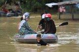 Bhayangkari Polda Sultra salurkan bantuan korban banjir sungai Wanggu