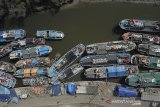 Kapal nelayan terparkir di muara sungai Prajagumiwang, Karangsong, Indramayu, Jawa Barat, inggu (9/6/2019). Nelayan daerah tersebut mulai kembali melaut usai merayakan Lebaran. ANTARA JABAR/Dedhez Anggara/agr