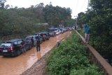 Ratusan kendaraan terjebak banjir