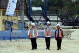 Presiden Joko Widodo (tengah) bersama Menteri PUPR Basuki Hadimuljono (kiri) dan Gubernur Bali I Wayan Koster (kanan) melihat pengerjaan proyek penataan Waduk Muara Nusa Dua, Denpasar, Bali, Jumat (14/6/2019). Proyek penataan waduk dengan biaya sekitar Rp205 miliar tersebut ditargetkan selesai pada bulan Desember 2019 yang akan difungsikan sebagai pengolahan air baku dan kawasan wisata. ANTARA FOTO/Nyoman Hendra Wibowo/nym