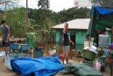 Korban banjir Konawe  bangun tenda darurat
