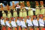 Sejumlah seniman mengikuti pawai pembukaan Pesta Kesenian Bali ke-41 tahun 2019 di Denpasar, Bali, Sabtu (15/6/2019). Pawai tersebut diikuti sekitar 4.300 orang seniman dari berbagai wilayah di Pulau Bali dan Indonesia serta diikuti perwakilan seniman dari China. ANTARA FOTO/Fikri Yusuf/nym.