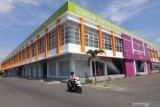Pengendara sepeda motor melintas di depan pasar tradisional Setono Betek, Kota Kediri, Jawa Timur, Sabtu (15/6/2019). Sejumlah pedagang enggan menempati pasar dua lantai yang telah direnovasi pada tahun 2018 tersebut karena sepi pembeli. Antara Jatim/Prasetia Fauzani/zk.