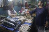 Pedagang menata ikan laut jualannya yang didatangkan dari Probolinggo dan Lumajang di Pasar Besar, Malang, Jawa Timur, Sabtu (15/6/2019). Kurangnya pasokan ikan laut dalam beberapa terakhir akibat gelombang tinggi membuat pedagang ikan setempat terpaksa mendatangkan ikan laut dari luar kota. Antara Jatim/Ari Bowo Sucipto/zk.
