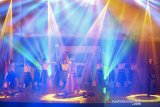 Pelakon mementaskan adegan pagelaran Drama Tari Purnamasari Silalatu Pajajaran karya mahasiswa Pendidikan Tari Universitas Pendidikan Indonesia (UPI) Bandung di Teater Tertutup Taman Budaya Dago Tea House, Bandung, Jawa Barat, Senin (17/6). Pagelaran Drama tari Purnamasari Silalatu Pajajaran mengisahkan kepahlawanan putri Purnamasari, anak dari Prabu Siliwangi yang membela kerajaan Pajajaran dan kisah cinta yang membuatnya hancur lebur selama hidupnya. ANTARA JABAR/M Agung Rajasa/agr