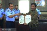 Kemenkum HAM Sulawesi Barat serahkan sertifikat merek air mineral
