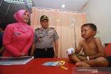 Kapolda Kalsel Irjen Pol Yazid Fanani (tengah) bersama Istri menyapa anak penderita bibir sumbing di Rumah Sakit Bhayangkara Banjarmasin, Kalimantan Selatan, Senin (17/6/2019).Dalam rangka HUT Bhayangkara ke-73 Polda Kalsel bersama PABMI dan Smile Train mengadakan bakti kesehatan operasi bibir sumbing gratis yang diikuti sebanyak 29 orang.Foto Antaranews Kalsel/Bayu Pratama S.