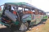 Petugas Komite Nasional Keselamatan Transportasi (KNKT) melakukan identifikasi bus Safari Lux Salatiga yang mengalami kecelakaan di tol Cipali KM 151, Majalengka, Jawa Barat, Senin (17/6/2019). Dalam kecelakaan yang melibatkan 4 kendaraan tersebut menyebabkan sedikitnya 12 orang meninggal dunia dan 45 orang menderita luka-luka. ANTARA FOTO/Dedhez Anggara/nym.