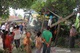 Sejumlah warga melihat mobil bus BL 7776 AA  setelah bertabrakan dengan mobil minibus dengan Nopol BK 1085 ZS  di Jalan Lintas Nasional Medan-Banda Aceh Desa Meunasah Leubok, Aceh Timur, Aceh, Senin (17/6/2019). Kecelakaan tersebut diduga akibat kelalaian salah satu pengemudi sehingga mengakibatkan enam orang meninggal dunia. (Antara Aceh/Syifa Yulinnas)