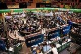 Dolar AS menguat, emas berjangka bergerak turun di perdagangan Senin