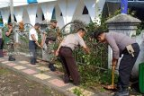 Kerja bakti Polsek dan Koramil Ratahan sambut hari Bhayangkara