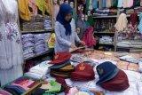 Penjualan seragam sekolah di Pasar Raya Padang masih sepi
