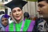 Arumi Bachsin  selesaikan sarjana di IAIN Tulungagung