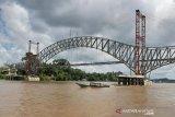 Sungai Barito naik, tongkang dilarang melintasi Jembatan Muara Teweh