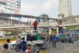 Demonstran tutup Jalan Thamrin dengan mobil
