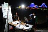 "Seniman melukis wisatawan di lokasi Nusa Dua Light Festival bertema ""Mountain View"" di kawasan pariwisata The Nusa Dua, Badung, Bali, Minggu (23/06/2019) malam. Festival lampu dan lampion yang berlangsung sejak 30 Mei hingga 14 Juli ini akan diakhiri dengan kolaborasi bersama Bali Blues Festival (13-14 Juli 2019) yang akan menghadirkan sejumlah artis ternama di antaranya Gugun Blues Shelter ft Emmy Tobing, Endah n Rhesa, Balawan, dan Gus Teja. Antaranews Bali/Fikri Yusuf"