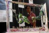 Pengunjung melihat seni instalasi berjudul Menggapai Realita karya Ndaru Ranuhandoko yang dipajang dalam Pameran Kompetisi Seni Rupa Ruang Publik dengan tema Hak Atas Kehidupan Yang Layak di Balaikota Amongtani, Batu, Jawa Timur, Senin (24/6/2019). Kompetisi seni rupa dan pameran yang berlangsung selama empat hari tersebut diadakan Museum HAM Omah Munir sebagai sebagai upaya penyadaran kepada masyarakat tentang hak terhadap ruang publik melalui karya seni. Antara Jatim/Ari Bowo Sucipto/zk