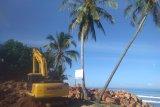 Pesisir Selatan lanjutkan pemasangan batu penahan ombak di Pantai Kambang