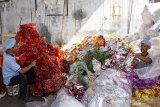 Pekerja mencacah sampah plastik di kawasan Purwasari, Karawang, Jawa Barat, Selasa (25/6/2019). Pemerintah menargetkan jumlah limbah plastik yang dapat di daur ulang pada tahun 2019 dapat mencapai 25 persen dari 10 persen atau naik dua kali lipat dari rata-rata pada tahun sebelumnya. ANTARA JABAR/M Ibnu Chazar/agr