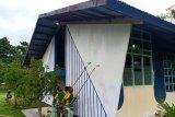 Prajurit TNI kerja bakti cat gedung gereja