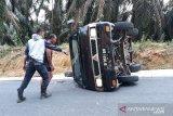 Mobil rombongan murid Taman Kanak Kanak kecelakaan dan terguling di Dharmasraya
