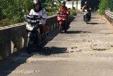 Masyarakat mengharapkan jembatan desa yang rusak parah segera diperbaiki