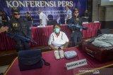 Tersangka penyeludupan narkotika dihadirkan kepada awak media saat pengungkapan kasus narkotika di Bea Cukai Kanwil Jawa Barat, Bandung, Rabu (26/6/2019). Petugas Bea Cukai Kanwil Jawa Barat beserta tim interdiksi terpadu Bandara Husein Sastranegara berhasil menangkap tersangka asal Afrika yang membawa 1.595 methamphetamine senilai Rp 3,1 miliar yang diseludupkan di pakaian dalamnya saat mendarat di Bandara Husein Sastranegara. ANTARA JABAR/Raisan Al Farisi/agr
