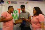 Kepala Bagian Inovasi IOT XL Axiata, Boy Wicaksono (kiri) dan Sekjen IOT Indonesia, Fita Indah Maulani (kanan) menyerahkan modul kepada peserta dalam Pelatihan IOT Maker Creation di Malang, Jawa Timur, Kamis (27/6/2019). Pelatihan tersebut merupakan program pencarian, pembekalan hingga mendorong perkembangan kelompok pengusaha rintisan  yang memanfaatkan teknologi digital di seluruh Indonesia. Antara Jatim/Ari Bowo Sucipto/zk