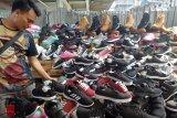 Minat pelajar pada sepatu monokrom