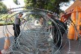 Polisi pasang beton pembatas dan kawat berduri jelang penetapan capres-cawapres