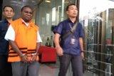 KPK tahan mantan Kadis PU Papua Mikael Kambuaya