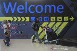 Sejumlah penumpang berada di Bandara Kertajati, Majalengka, Jawa Barat, Senin (1/7/2019). Kementerian Perhubungan memindahkan 13 rute penerbangan domestik dari Bandara Husein Sastranegara ke Bandara Internasional Jawa Barat per 1 Juli 2019. ANTARA JABAR/Dedhez Anggara/agr