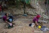 Sejumlah warga mengambil air dari sumur buatan di Desa Parungmulya, Ciampel, Karawang, Jawa Barat, Selasa (2/7/2019). Akibat musim kemarau sebagian warga di wilayah itu terpaksa membuat sumur buatan untuk melakukan aktivitas Mandi Cuci Kakus (MCK) karena sumber air di rumah mereka mengalami kekeringan. ANTARA JABAR/M Ibnu Chazar/agr