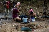 Sejumlah warga mandi menggunakan air dari sumur buatan di Desa Parungmulya, Ciampel, Karawang, Jawa Barat, Selasa (2/7/2019). Akibat musim kemarau sebagian warga di wilayah itu terpaksa membuat sumur buatan untuk melakukan aktivitas Mandi Cuci Kakus (MCK) karena sumber air di rumah mereka mengalami kekeringan. ANTARA JABAR/M Ibnu Chazar/agr
