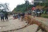 Jalan Trans Sulawesi amblas, roda empat tak bisa melintas