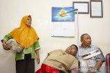 Satia Putra (7) anak penyandang obesitas dengan berat badan mencapai 101 kg ditemani kedua orangtuanya menunggu pemeriksaan medis di Rumah Sakit Umum Daerah (RSUD) Karawang, Karawang, Jawa Barat, Rabu (3/7/2019). Menurut pihak rumah sakit, menunggu keputusan hasil pemeriksaan dan observasi, satia akan tetap ditangani oleh RSUD Karawang atau dirujuk ke Rumah Sakit Hasan Sadikin (RSHS) Bandung untuk menjalani penanganan lebih lanjut. ANTARA JABAR/M Ibnu Chazar/agr