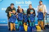 Direktur Kepatuhan bank bjb Agus Mulyana (kanan) bersama Direktur Keuangan dan Manajemen Risiko Nia Kania (kedua kanan) Direktur Konsumer dan Ritel Suartini (kedua kiri) dan Direktur Operasional Tedi Setiawan (kiri) memberikan bingkisan kepada perwakilan anak-anak saat program CSR bank bjb khitanan massal di Bandung, Jawa Barat, Rabu (3/7/2019). Khitanan massal yang diikuti oleh 200 peserta ini merupakan program yang diselenggarakan bank bjb sebagai bentuk tanggung jawab sosial perusahaan khususnya terhadap masyarakat sekitar dalam rangka menyambut Hari Anak Nasional yang jatuh pada tanggal 23 Juli 2019. ANTARA JABAR/M Agung Rajasa/agr