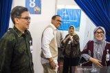 Direktur Kepatuhan bank bjb Agus Mulyana (kedua kiri) bersama Direktur Keuangan dan Manajemen Risiko Nia Kania (kedua kanan) Direktur Konsumer dan Ritel Suartini (kanan) dan Direktur Operasional Tedi Setiawan (kiri) meninjau ruang khitan saat program CSR bank bjb khitanan massal di Bandung, Jawa Barat, Rabu (3/7/2019). Khitanan massal yang diikuti oleh 200 peserta ini merupakan program yang diselenggarakan bank bjb sebagai bentuk tanggung jawab sosial perusahaan khususnya terhadap masyarakat sekitar dalam rangka menyambut Hari Anak Nasional yang jatuh pada tanggal 23 Juli 2019. ANTARA JABAR/M Agung Rajasa/agr