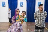 Keluarga mendampingi anaknya seusai mengikuti program CSR bank bjb khitanan massal di Bandung, Jawa Barat, Rabu (3/7/2019). Khitanan massal yang diikuti oleh 200 peserta ini merupakan program yang diselenggarakan bank bjb sebagai bentuk tanggung jawab sosial perusahaan khususnya terhadap masyarakat sekitar dalam rangka menyambut Hari Anak Nasional yang jatuh pada tanggal 23 Juli 2019. ANTARA JABAR/M Agung Rajasa/agr